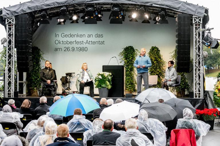 Stellvertretend für alle Überlebenden des Attentats sprachen Dimitrios Lagkadinos, Renate Martinez, Robert Höckmayr, Gudrun Lang (vlnr)